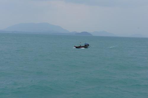 Рыбачья лодка за бортом по тихому морю