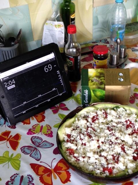 Жена готовит рататуй, а айпад на столе показывает, что ребенка пора кормить!